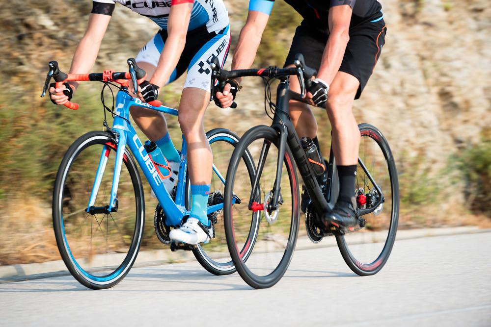 Rennräder mit Felgenbremse und Scheibenbremse