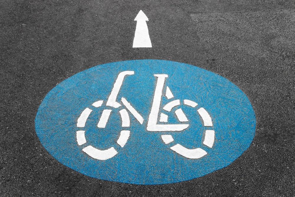 Fahrradsymbol aus Asphaltstraße